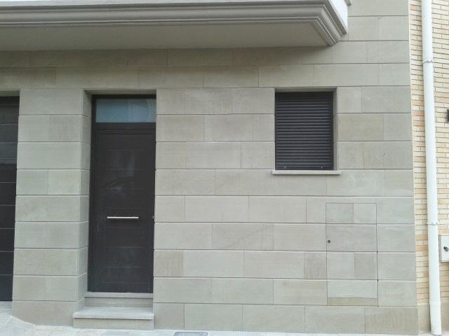 Fachada en piedra natural beige pirineo - Aplacado piedra fachada ...