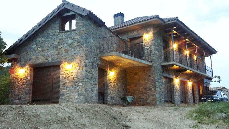 Fachadas de piedra natural vencedoras en la gran batalla for Piedra rustica para fachadas