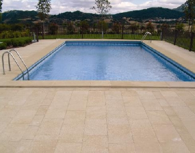 Piedra natural para piscinas beneficios y alternativas - Pavimentos exteriores antideslizantes ...