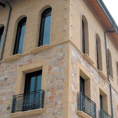 Piezas especiales en piedra natural para fachadas for Revestimiento imitacion piedra para exterior