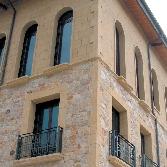 Piezas especiales en piedra natural para fachadas