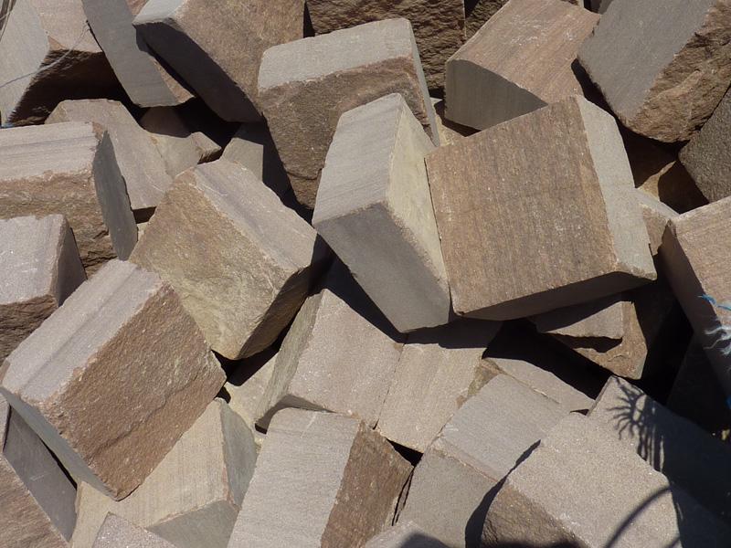 Adoqu n cizallado en piedra natural rodeno rojo moncayo for Adoquines de piedra precios