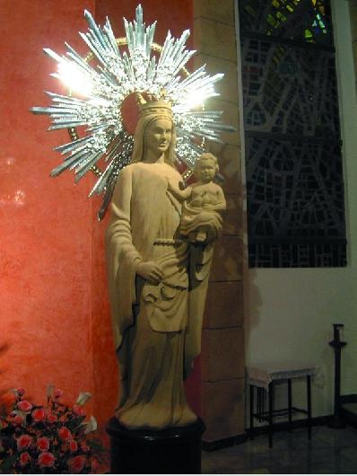 Escultura de la virgen con el niño